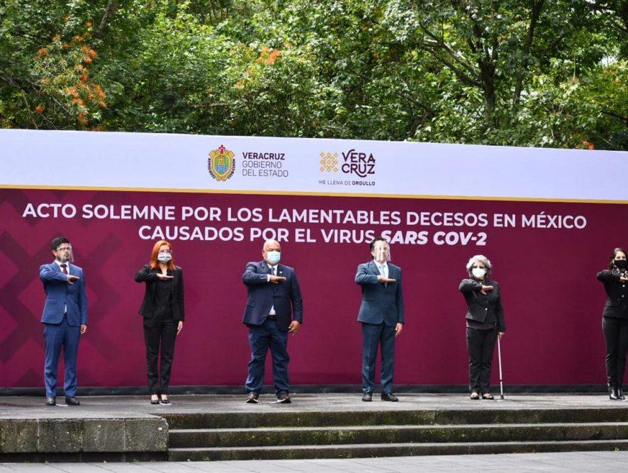 La Fiscal General del Estado, Verónica Hernández Giadáns participó en el izamiento a media asta