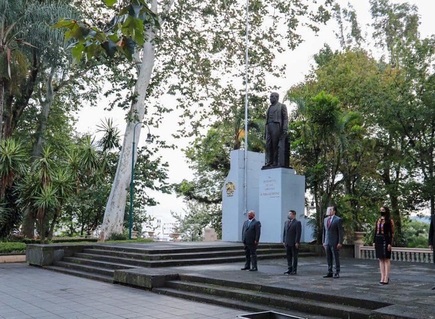 La Fiscal General del Estado, Verónica Hernández Giadáns asistió esta mañana al izamiento de la bandera nacional