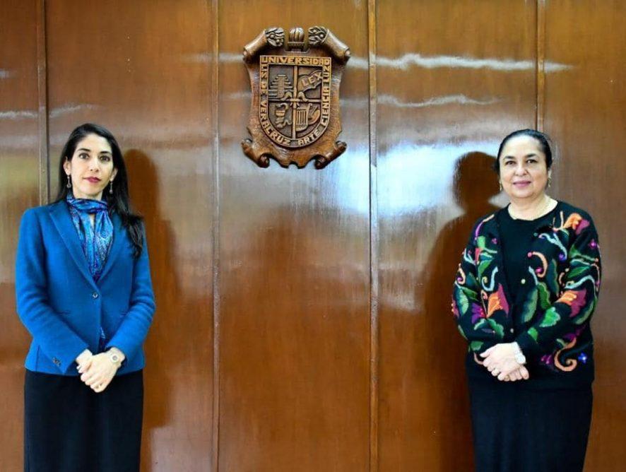 Verónica Hernández y Sara Ladrón de Guevara firman acuerdo de colaboración entre FGE y UV