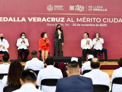 Fiscal Verónica Hernández participa en entrega de la Medalla Veracruz