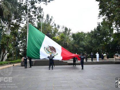 FGE asiste  a la ceremonia de Arrío a la Bandera Nacional